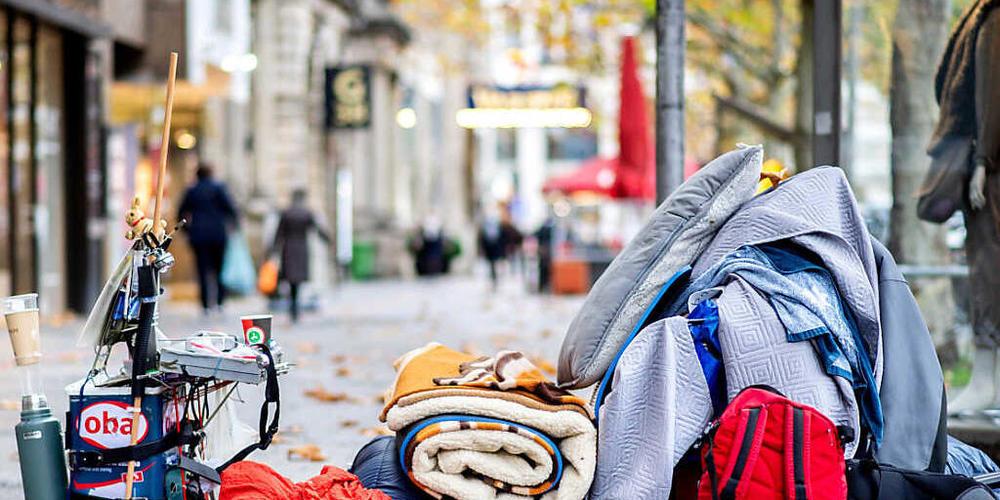 ARCHIV - Die Habseligkeiten eines Obdachlosen liegen auf einem Bürgersteig in der Innenstadt von Hannover. Foto: Hauke-Christian Dittrich/dpa