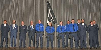 Regierungsrat, Departementssekretär, Kommandostab, vereidigte Polizistinnen und Polizisten und Korpsfähnrich.