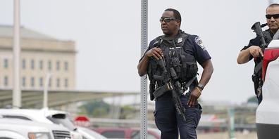 Bewaffnete Polizeibeamte stehen in der Nähe einer Metrostation unweit des Pentagons. Bei einem Schusswechsel am US-Verteidigungsministerium wurde am Dienstag laut Angaben des Leiters der Pentagon-Polizei ein Polizist getötet. Mehrere Personen seie...