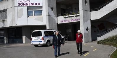 Nach einem Jahr Pandemie sind auch wieder Spaziergänge ohne Maske möglich: Bei Thurvita sind die meisten Bewohnenden gegen Covid-19 geimpft.