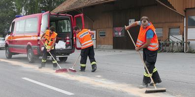 Die Feuerwehrler aus Oberriet als Ölwehr im Einsatz