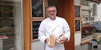 Emil Knöpfel mit Broten aus Appenzeller Dinkel und Bergroggen.