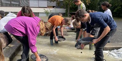 Die Schülerinnen und Schüler verwandelten sich in richtige Goldgräberinnen und Goldgräber.