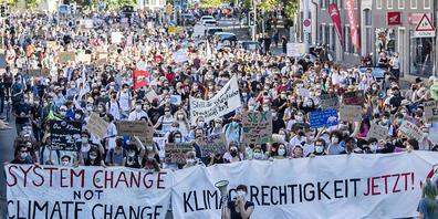Menschen demonstrieren am Internationalen Streiktag am Freitag in Zürich für das Klima.