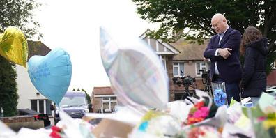 Menschen betrachten niedergelegte Blumensträuß nach dem Attentat auf den konservativen Abgeordneten Amess. Foto: Kirsty O'connor/PA Wire/dpa