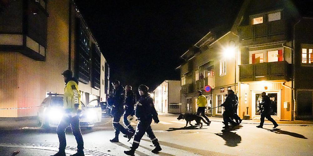 Polizisten ermitteln im Zentrum von Kongsberg nach einer Gewalttat mit f ̧nf Toten. Foto: HÂkon Mosvold Larsen/NTB/dpa