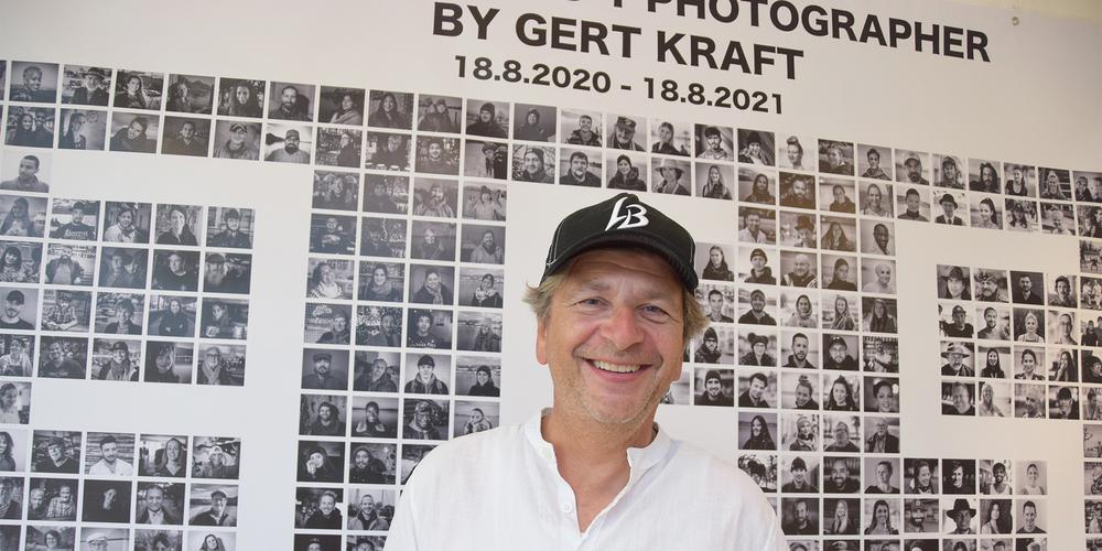 Gert Kraft vor seinen  fast 365 «Faces».
