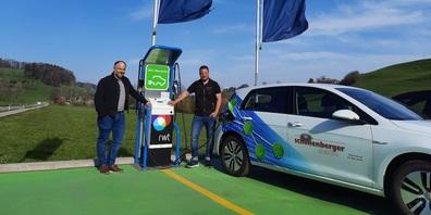 """""""Power on!"""" mit v. l. Patric Schönenberger (Elektro Schönenberger AG) und Rony Künzle (Schmid-Garage AG)."""