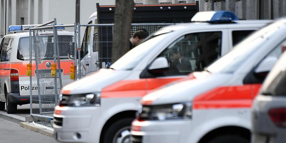 Die Stadtpolizei Zürich hat im Kreis 9 eine bewusstlose Frau mit Stichverletzungen aufgefunden. Die 30-jährige Frau erlag ihren schweren Verletzungen noch vor Ort. (Archivbild)