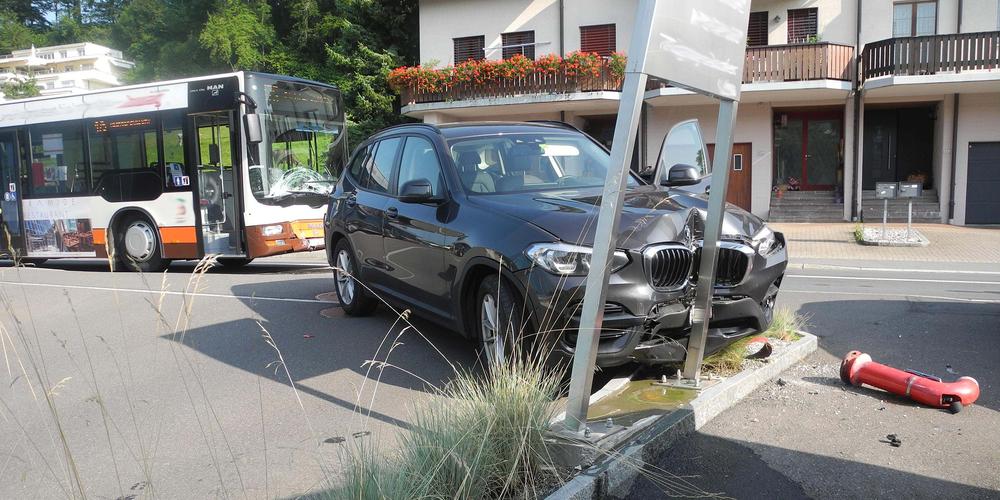 Durch die Kollision wurde das Fahrzeug in einen Hydranten und eine Werbetafel gestossen.