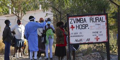 ARCHIV - Bewohner in Zvimba, Simbabwe, lassen ihre Temperatur messen, bevor sie sich im örtlichen Krankenhaus behandeln lassen. (Archivbild) Foto: Tsvangirayi Mukwazhi/AP/dpa