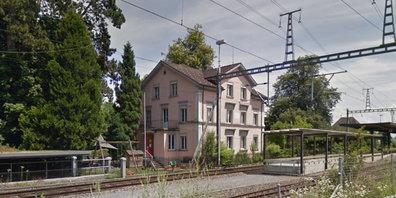 Die Kinderkrippe Storchennest ist seit 2001 in der rosa Villa beim Bahnhof Bubikon zu Hause.