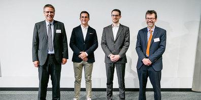 (V.l.) Prof.Reto Bonderer, Fachabteilungsleiter Elektrotechnik,  Flurin Arquint, Simon Walser, Prof.Dr.Heinz Mathis, Institutsleiter ICOM.