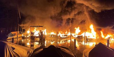 Ende August brannten im Segelhafen mehrere Schiffe lichterloh.