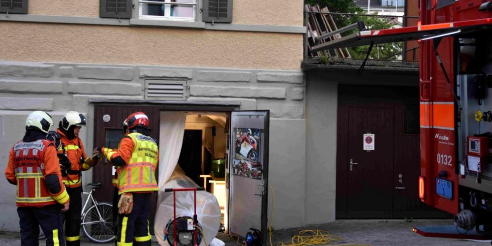 Ein 32-jähriger Mann, welcher sich im Keller aufhielt, musste von der Rettung wegen Verdachts einer Rauchgasvergiftung ins Spital gebracht werden.