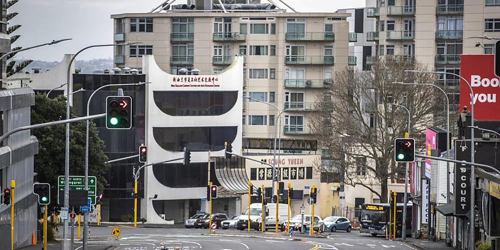 Menschen überqueren im zentralen Geschäftsviertel fast leere Straßen. Aufgrund von sinkenden Corona-Zahlen wird nach einem Monat des strengen Lockdowns in der neuseeländischen Millionenmetropole Auckland gelockert. Das teilte die Regierung am Mont...