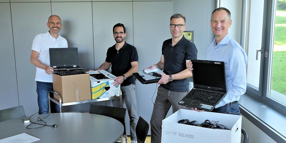 (V.l.) Ruedi Nauer, Patrick Bachmann (beide Dicota), Adrian Reinhard (Schulleiter Schule Weid) und Labdoo-Präsident Frank Geisler. Die gespendeten Laptops gehen bald auf Reisen.