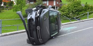 Durch Wucht des Zusammenpralls mit dem Geländer überschlug sich das Auto und kam auf der Seite zu liegen.
