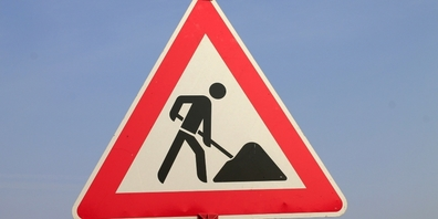 Die Baustelle auf der Amdenerstrasse bleibt jederzeit halbseitig passierbar (Symbolbild).