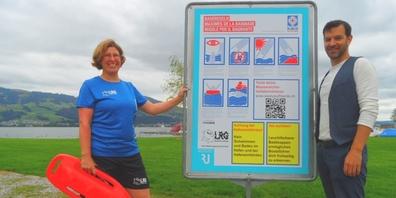 Regina Lehner (l.), Präsidentin der SLRG Rapperswil-Jona, und Thomas Zahner, Sportverantwortlicher der Stadt, vor einem neuen Kampagnen-Schild.