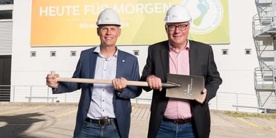 Nahmen als Vertreter von Energie Zürichsee Linth AG am Spatenstich teil: Geschäftsführer Ernst Uhler (l.) und Beat Sommavilla (r.), Leiter Unternehmens- und Marktentwicklung.