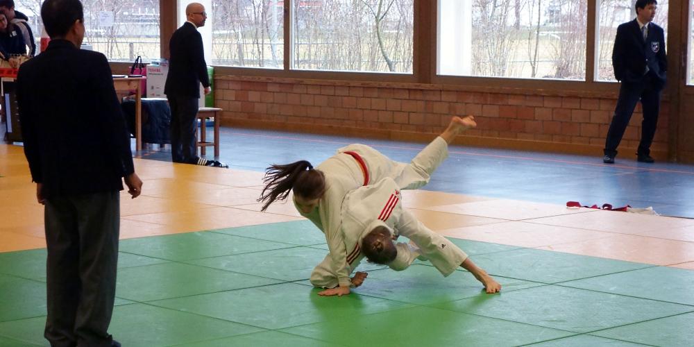 Sarina Kaufmann wirft mit Tsuri-komi-goshi.
