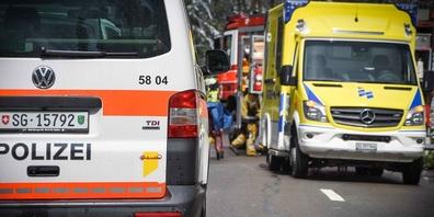 Die Verletzten mussten zur Kontrolle mit der Rettung ins Spital gebracht werden. (Symbolbild)