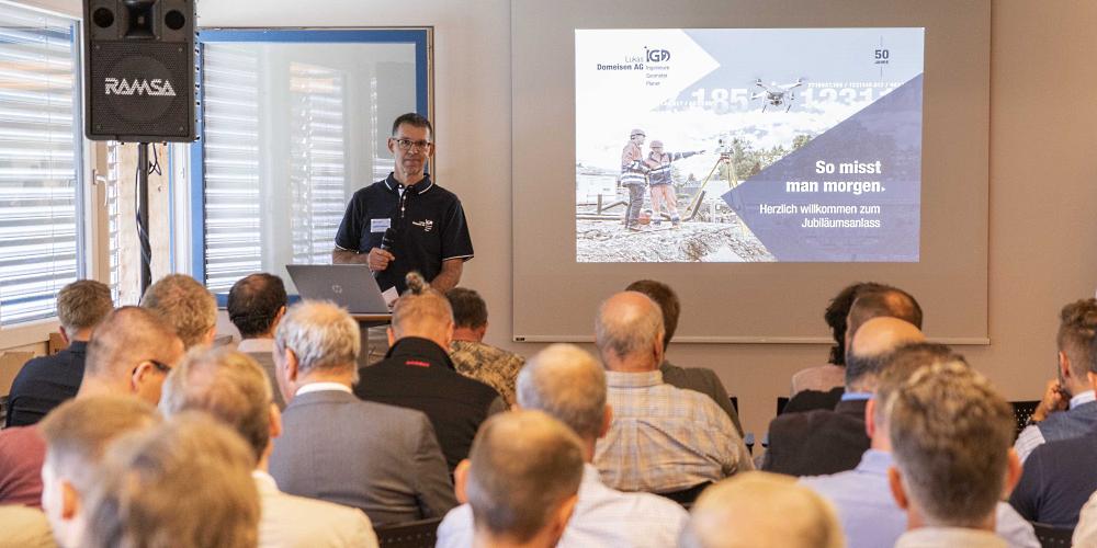 Grosses Interesse an den Fachvorträgen: Geschäftsführer Lukas Domeisen (vorne am Rednerpult) freute sich über vollbesetzte Säle am Jubiläumsanlass.