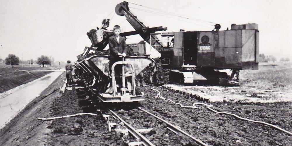 Da zur Zeit des 2. Weltkrieges Treibstoffe kaum erhältlich waren, wurden elektrobetriebene Maschinen bei den Meliorationsarbeiten eingesetzt – im Vordergrund rechts NOK-Stromkabel. (Bild: Heinrich Schmid)