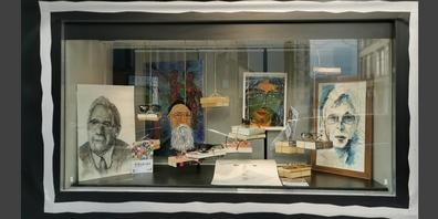In Uzner Geschäften werden jetzt Bilder ausgestellt: Hier eine Porträtparade im Schaufenster von K & R Städtlioptik Uznach.