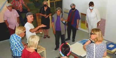 Aramis Navarro (mit Cap) führte den Kunstverein Oberer Zürichsee durch sein grosses Atelier in Jona.