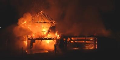 Der Brand griff auch auf ein Wohnhaus über, das die Bewohner jedoch rechtzeitig verlassen konnten.