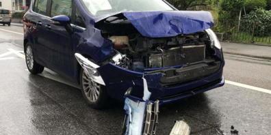 Beim Lichtsignal Bahnhofstrasse in Rebstein SG prallte am Samstagnachmittag eine 26-jährige Autofahrerin mit ihrem Fahrzeug frontal gegen das Heck eines stehenden Autos. Eine 51-jährige Frau wurde dabei leicht verletzt.
