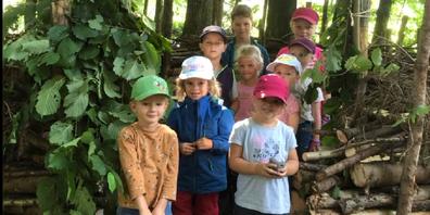 Engagierte Kinder beim Waldsofabau.
