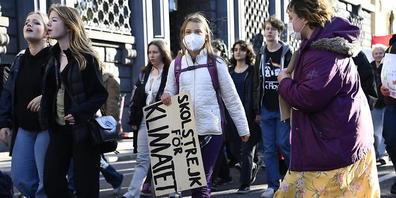 Die schwedische Klimaaktivistin Greta Thunberg (M) geht während einer Demonstration der Bewegung «Fridays for Future» zusammen mit anderen Klimaaktivisten durch die Straßen. Foto: Etrik Simander/Tt/TT NEWS AGENCY/AP/dpa
