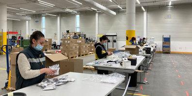 Der Abstand gewahrt, die hygienischen Vorgaben streng: Postmitarbeitende im Logistikzentrum Villmergen an der Arbeit.