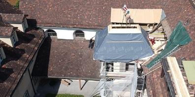 Der Dachstuhl wurde mit einem Kran über die Dächer gehievt und auf den vorbereiteten Platz gesetzt.