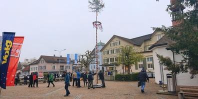 Der Maibaum wurde durch den Männerchor Frohsinn am 1. Mai 2021 aufgerichtet.
