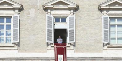 Papst Franziskus leitet von einem Fenster, das den Petersplatz überblickt, aus das sonntägliche Angelus-Gebet. Foto: Ansa/Claudio Peri/ANSA via ZUMA Press/dpa