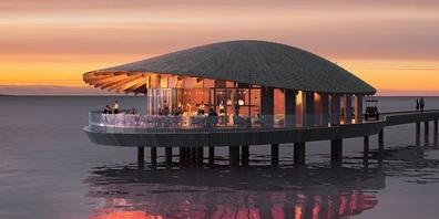 Bei dem Entwurf der Strandhäuser mit ihren fein geschwungenen Freiform-Dächern liess sich Kengo Kuma von der Natur der Insel inspirieren.
