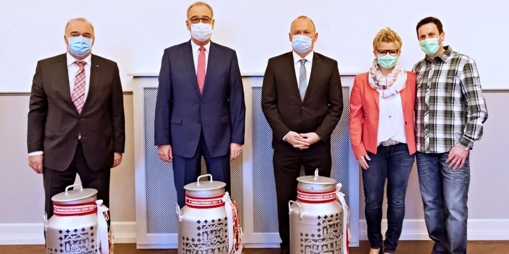 Susan von Aarburg-Kern und ihr Ehemann Thomas von Aarburg übergaben (v.l.n.r.) Alex Kuprecht, Guy Parmelin und Andreas Aebi echte Schweizer Milchkannen-Laternen.