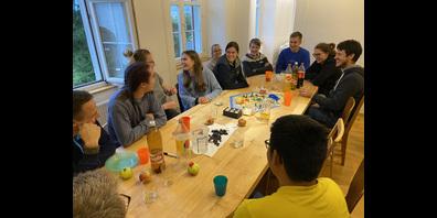 Den ersten Belastungstest hat der Stubentisch in der neu gegründeten WG bereits bestanden: 16 Personen sassen am Sonntagnachmittag daran.