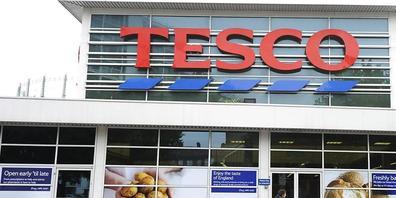 Der britischen Supermarktkette Tesco fehlen wegen Coronarestriktionen und den Folgen des Brexits Lastwagenfahrer. Bei der Rekrutierung lockt Tesco mit einer Bonuszahlung.(Archivbild)