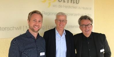 (v.l.n.r.): Ralph Rütsche, neuer Leiter des Seniorenzentrums, Karl Brändle, Verwaltungsratspräsident, und Markus Brändle, scheidender Leiter des Solino