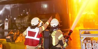 Etwa einhundert Florianijünger waren im Einsatz und konnten ein Übergreifen des Feuers auf die Betriebstankstelle verhindern