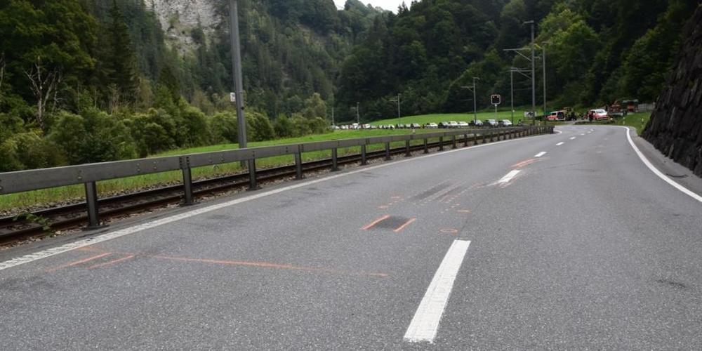 Ein 49-jähriger Motorradfahrer kollidierte in Fideris GR mit einem entgegenkommenden Lastwagen. Er wurde schwer verletzt.