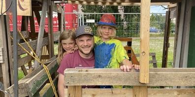 """Finden die Kinderbaustelle """"eine super Sache"""".  Im Bild: Lio mit seinem Vater und seiner Schwester."""