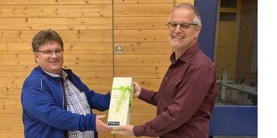 Gemeindepräsident Peter Kürsteiner (rechts) dankt Willi Urbanz für sein langjähriges Engagement in der Geschäftsprüfungskommission.