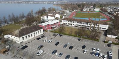 So präsentiert sich der Lachner Seeplatz heute. Künftig soll er autofrei werden sowie ein neues Bezirksschulhaus sowie eine Mehrzweckhalle beherbergen. Foto: Franz Feldmann