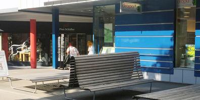 Die Sitzbankelemente werden andernorts weiterverwendet. Zum Beispiel als Sitz- und Liegemöglichkeit im Freibad Böden.